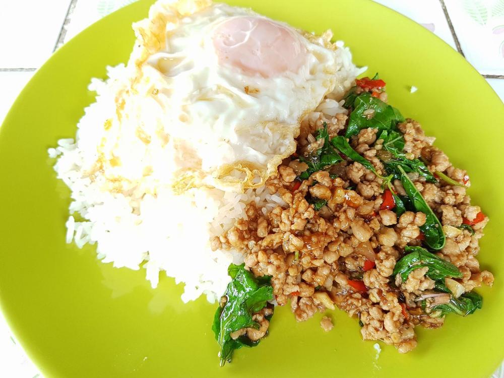 krapauw moo kai daw bangkok