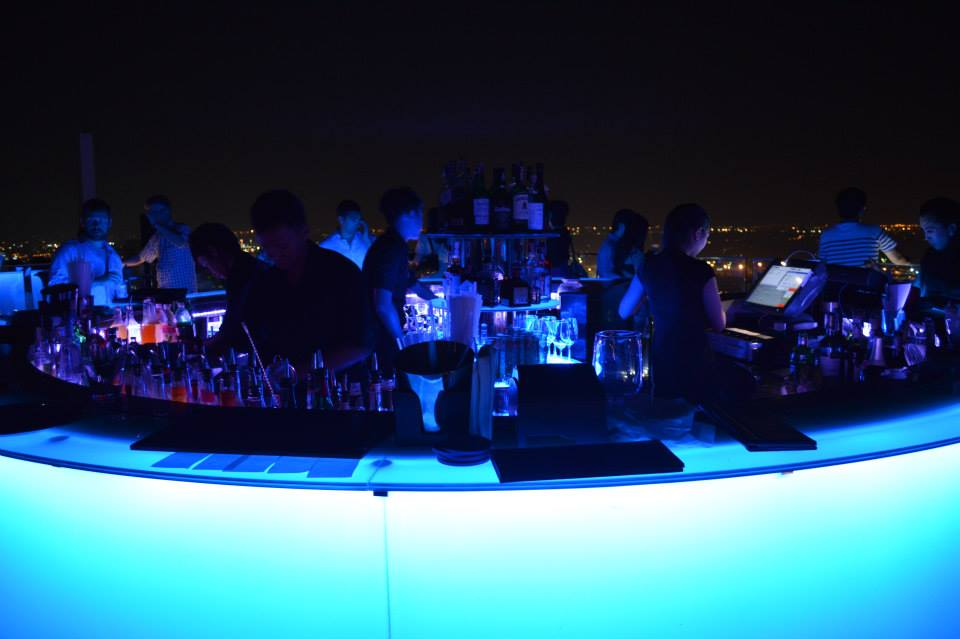 Cocktail bar in het midden van Octave Rooftop Bar, Bangkok, Thailand, Zuid Oost-Azië