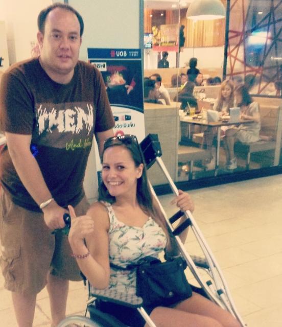 met rolstoel in bangkok winkelcentrum