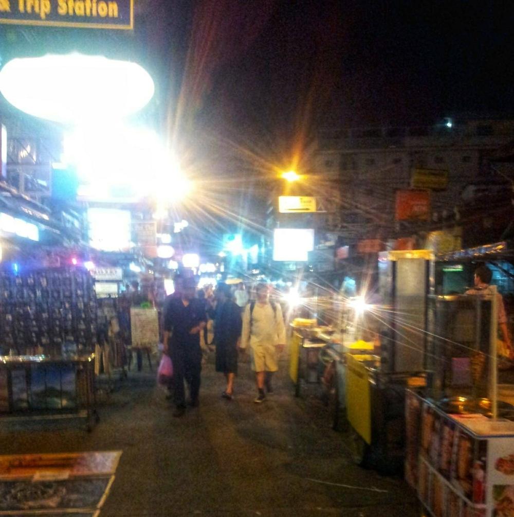 's nachts alleen door Bangkok wandelen