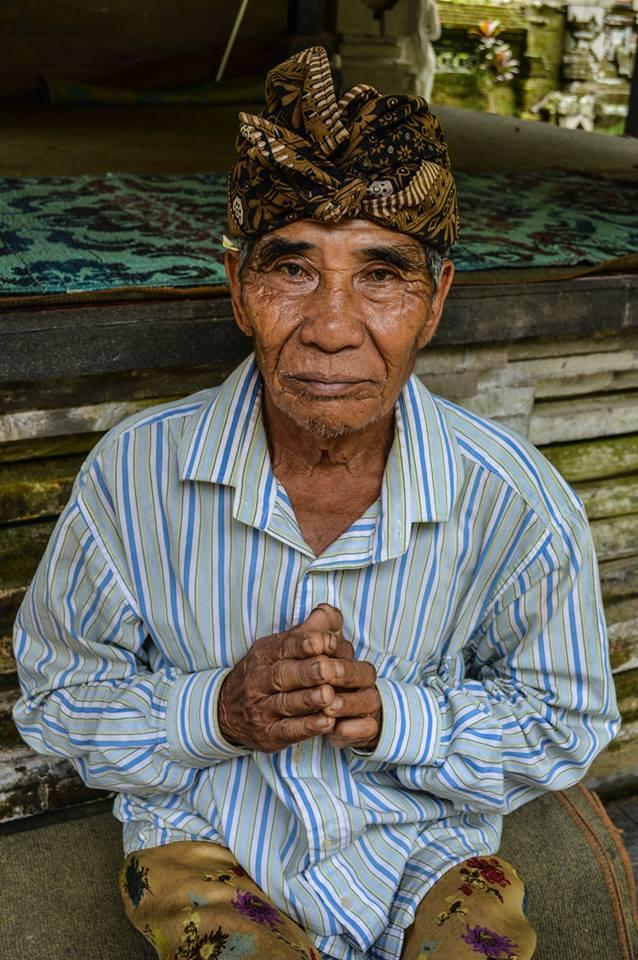 Bezoeker van een Hindoe tempel in Bali, Indonesië, Zuid Oost-Azië