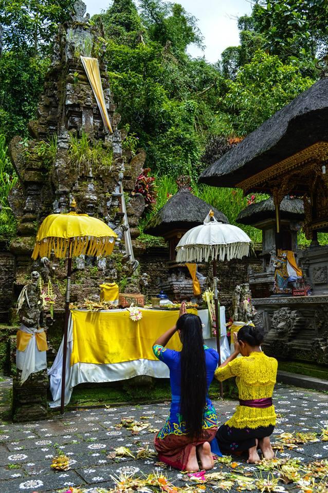 Bidden in Hindoe tempel in Bali, Indonesië, Zuid Oost-Azië