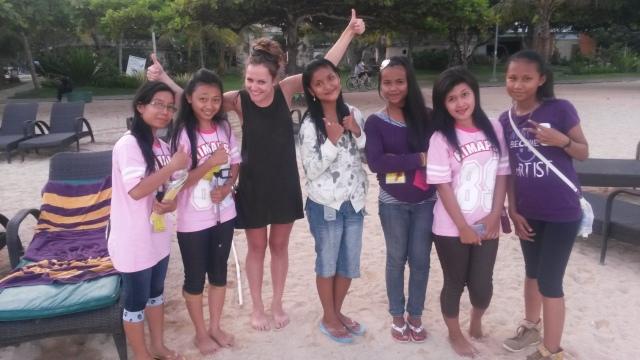 Schoolmeisjes helpen met de Engelse taal in Sanur, Bali, Indonesië, Zuid Oost-Azië