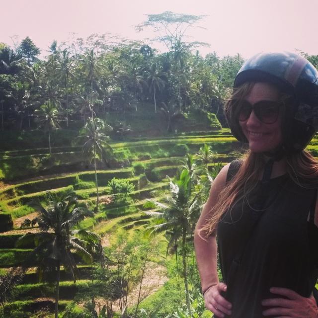 Met de brommer langs de rijstvelden rond Ubud in Bali, Indonesië, Zuid Oost-Azië