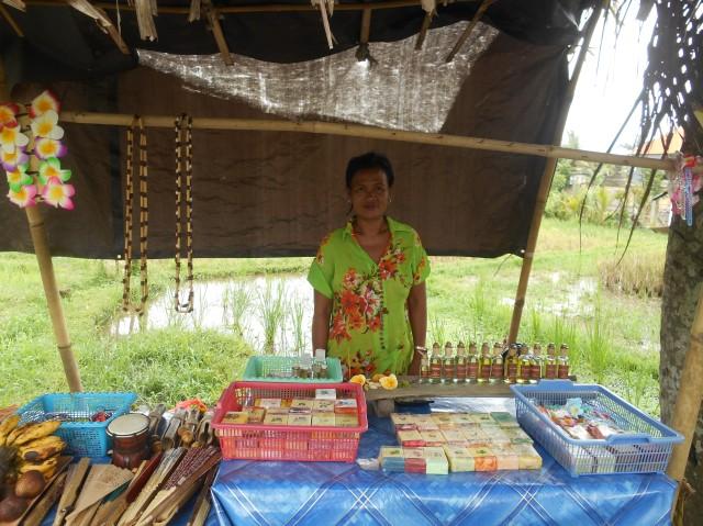 Deze vrouw staat elke dag met haar kraam in de rijstvelden van Ubud, Bali, Indonesië, Zuid Oost-Azië