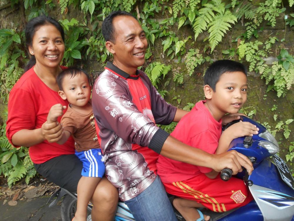 Familie op brommer in Bali, Indonesië, Zuid Oost-Azië