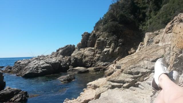 Chillen tussen de rotsen in Lloret de Mar, Costa Brava, Spanje