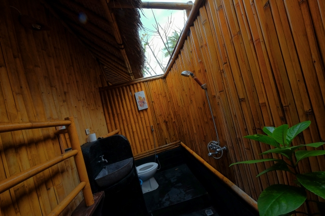 Badkamer onder de blauwe lucht in Rinjani Beach Eco Resort, Lombok, Indonesië, Zuid Oost-Azië