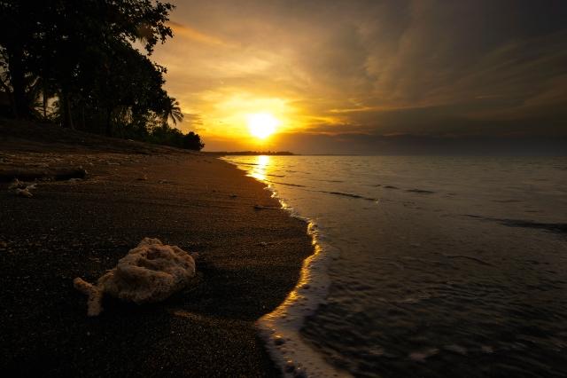 Prachtige zonsondergang langs de kust van Tanjung, Lombok, Indonesië, Zuid Oost-Azië