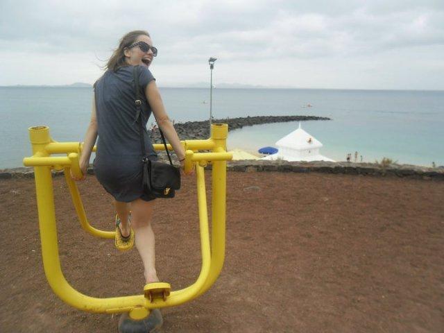 Fitness toestel langs de kust van Playa Blanca in Lanzarote, Canarische eilanden
