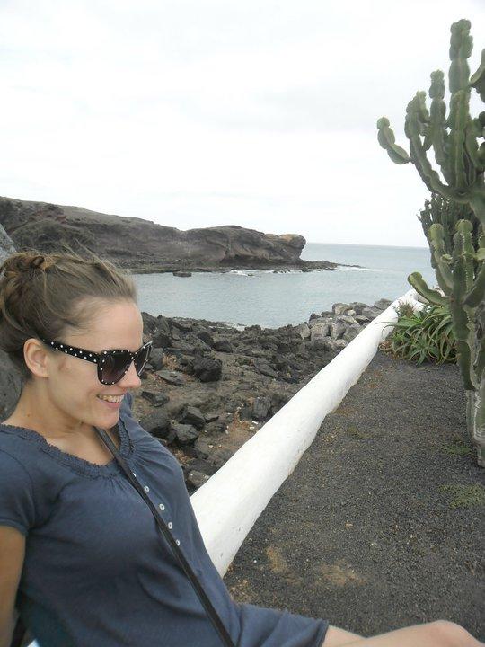 Even rusten langs de prachtige kust van Lanzarote, onderweg van Playa Blanca naar Punta del Papagayo, Lanzarote, Canarische eilanden, Spanje