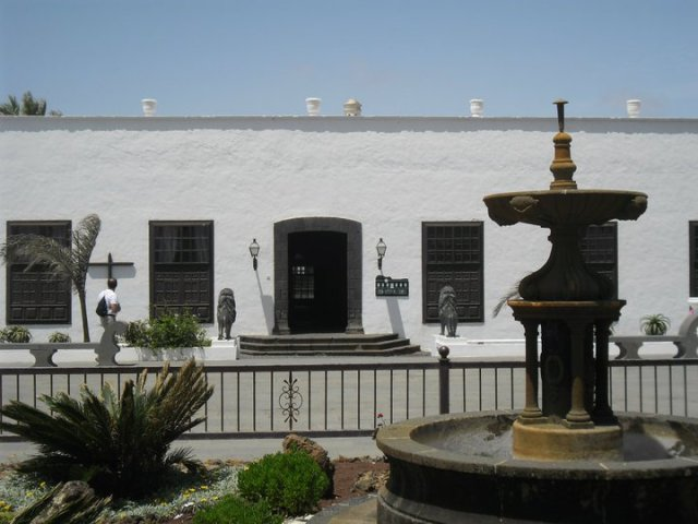 prachtige witte gebouwen in Teguise, de culturele hoofdstad van Lanzarote, Canarische eilanden, Spanje