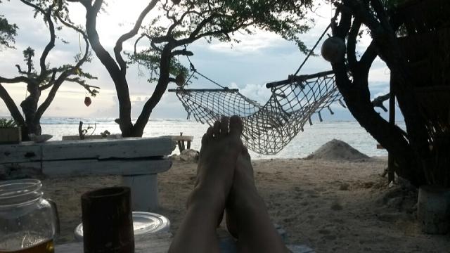 Wachten op het spektakel dat de zonsondergang zal bieden op Gili Trawangan, Lombok, Indonesië, Zuid Oost-Azië