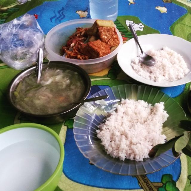 Eten van een marktje in Lombok, samen met de familie van Indonesische vriendin Sri in Lombok, Indonesië, Zuid Oost-Azië