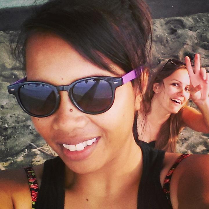 Mijn Indonesische vriendin Sri en ik op een strand in Lombok, Indonesië, Zuid Oost-Azië