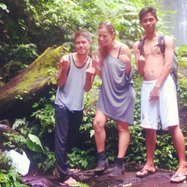De watervallen van Senaru met Indonesische vriend Achmad en zijn vriend in Lombok, Indonesië, Zuid Oost-Azië