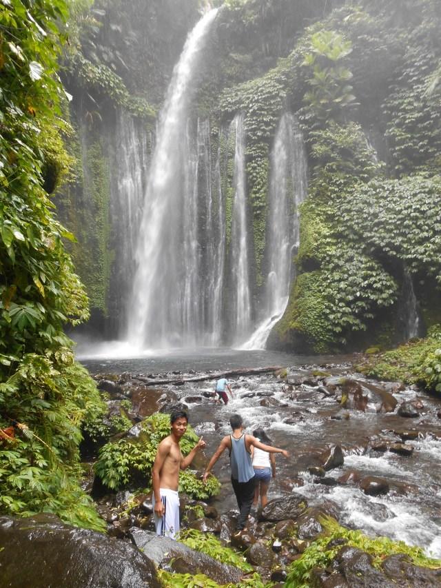 Watervallen van Senaru met Indonesische vrienden in Lombok, Indonesië, Zuid Oost-Azië