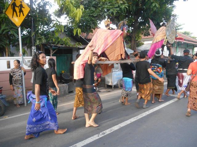 Verrast door een religieuze optocht in Lombok, Indonesië, Zuid Oost-Azië