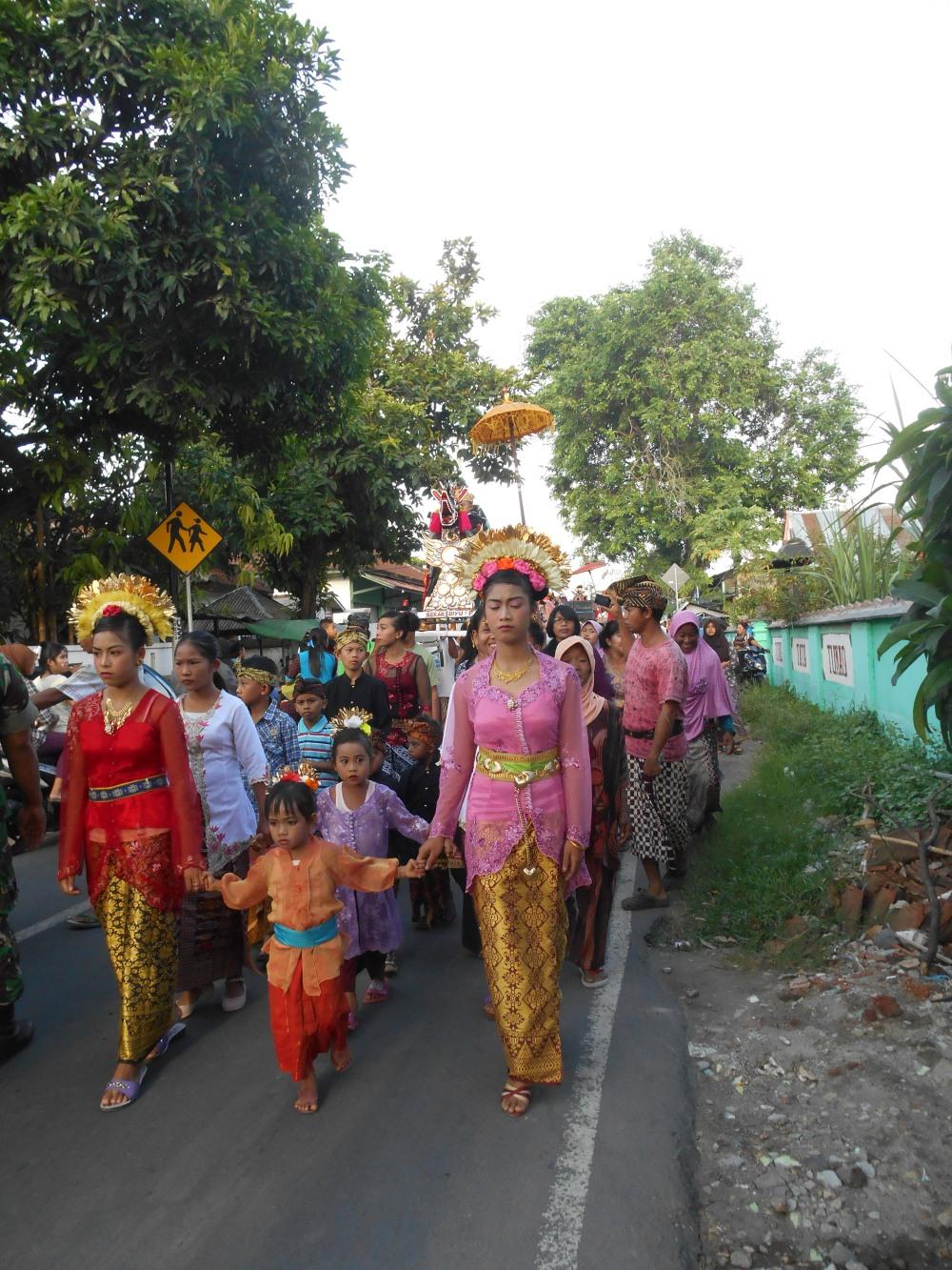 Fantastische kleuren sieren het straatbeeld bij deze optochten in Lombok, Indonesië, Zuid Oost-Azië