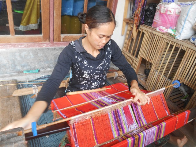 Wevende vrouw in Tetebatu, Lombok, Indonesië, Zuid Oost-Azië
